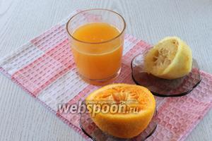 Из лимона и апельсинов выжать сок и процедить.