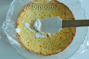 Купольную форму (диаметр верха 27-28 см) выстилаем пищевой плёнкой. Кладём на дно формы один из бисквитов, уплотняем по форме.