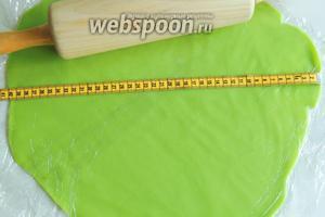 Раскатываем скалкой марципан в круг, диаметр должен соответствовать размеру покрытия торта, у меня около 40 см.