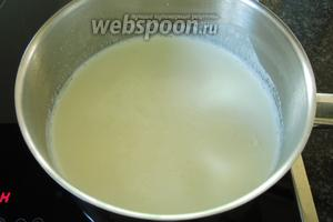 Подогреем молоко — 900 мл до очень горячего, но не кипятим.