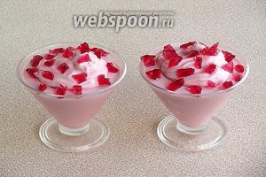 Разложить крем в вазочки или креманки и украсить его кусочками желе, приготовленного из малинового сока.