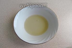 Распустить желатин на водяной бане до полного растворения (не кипятить!).