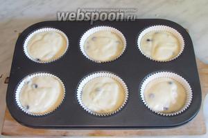 Влить тесто до самого верха капсул, лучше с небольшой горкой (у меня они получились низковаты).