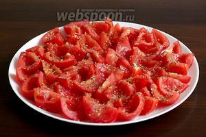 Достать помидоры из микроволновки, слить образовавшийся сок (если есть) и остудить.