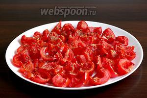 Вяленые помидоры после третьего запекания, остудить и выложить в чистую баночку слоями (лучше стерилизованную), посыпать чесноком и полить маслом каждый слой.