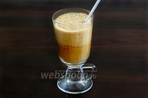 Быстро размешать соломинкой и сразу же подавать. Пить такой кофе нужно сразу, медленно, наслаждаясь каждым глотком.