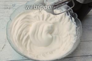 Теперь взбиваем белки с 2 щепотками соли в крепкую пену. Взбиваем тоже около 5 минут.
