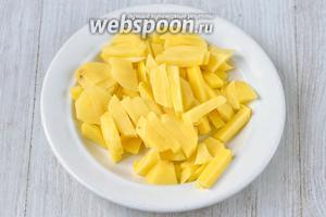 Подготавливаем все необходимые ингредиенты. Нарезаем картофель тонкими ломтиками.