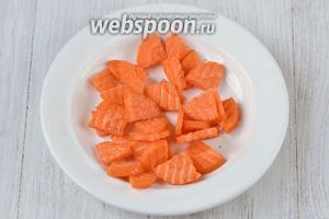 Морковь нарезаем треугольничками, фигурным ножом.