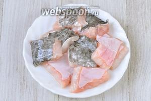 Для ухи я брала голову сома и немного филе. Филе нарезала небольшими кубиками, чтобы разложить аккуратно рыбу по тарелкам.