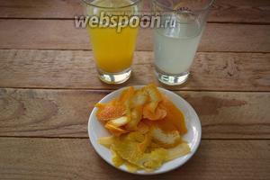 У апельсина и лимона срезать тонко цедру, минимально захватив белую часть шкурки цитрусовых. Из апельсина и лимонов выдавите сок. Каждый вид сока процедить, чтобы удалить косточки. Они при варке дадут горечь.