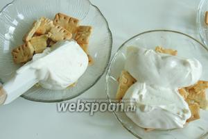 Выкладываем на печенье по 1/4 части крема. Так все 4 порции.