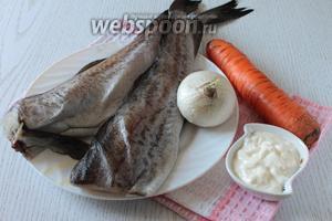 Для приготовления минтая в мультиварке нам понадобятся минтай, морковь, лук, вода, сметана, соль, перец чёрный молотый и масло растительное.