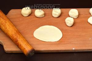 Раскатать каждый кусочек в лепёшку толщиной 1 миллиметр. Тесто выходит очень пластичным, послушным, не требует муки для подпыла.