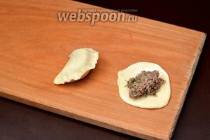 На лепёшку выложить полную чайную ложку начинки и сформировать вареник.