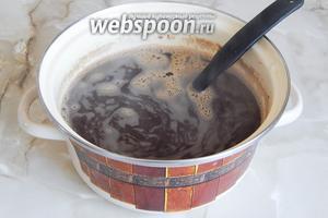 Перемешиваем, чтобы не осталось комочков, и оставляем на 3 часа, чтобы жидкость остыла до комнатной температуры. Летом в помещении жарко, поэтому заваренный солод может остывать дольше.