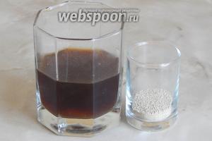Отливаем около 100 мл жидкости в стакан и отмеряем дрожжи. Солод должен быть тёплым — около 35 С°.