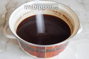 В тёплый солод в кастрюле всыпаем сахар, перемешиваем до растворения сладких крупиц.