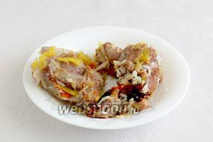 Когда рис стал мягким, но остался целым, как семечко, достать всё мясо из казана. Нарезать мясо для подачи на мелкие кусочки, остальное вернуть в казан крупным куском, после перемешивания плова. Мясо каждый раз нарезается для подачи.