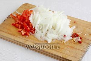Пока мясо тушится, лук нарезается очень тонкими ломтиками — соломкой. Перец тоже режется как можно мельче, острый чили измельчается.