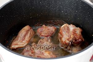 После тушения и выкипания всей жидкости крышка  открывается. Мясо зажарилось хорошо и его можно хорошо посолить. Не бойтесь пересолить, вся лишняя соль уйдёт с рисом, а вкус останется.