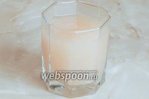 Наливаем в стакан кипячённой воды и растворяем в ней дрожжи и сахар.