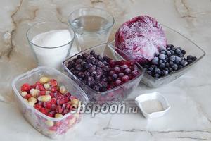Для приготовления ягодного кваса нам понадобится ягодный микс (по вкусу — 650-700 г), вода, сахар и дрожжи сухие (если заменять прессованными, нужно взять 15 граммов).