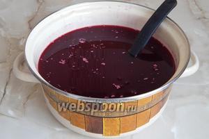 Заливаем дрожжи к остальному ягодному компоту, хорошо перемешиваем, прикрываем кастрюлю марлей (чтобы не попадала пыль) и оставляем в кухне часов на 10-12.
