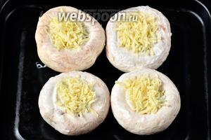 Посыпаем грибы сыром.