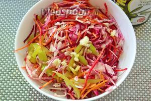 Соедините овощи в одной миске. Залейте 3-4 ст. л. растительного масла. Выдавите чеснок. Перемешайте.