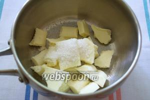 Белый шоколад поломать. Выложить в сотейник. Добавить сахар.