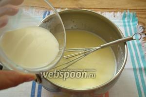 В оставшемся молоке разведите 1 ст. л. сухого кукурузного крахмала. Крахмальное молоко влейте в шоколадную массу. Если любите густые напитки — добавьте крахмала ещё 1 ст. л.  Добавьте мускатный орех (молотый) на кончике ножа.
