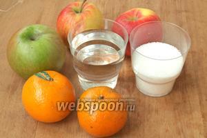 Для приготовления компота я использовала два сладких яблока и одно кислое, два мандарина, сахар и воду.