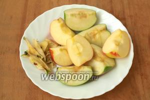 Яблоки хорошо вымыть под проточной водой. Каждое яблоко разрезать на 4 части и удалить сердцевину.