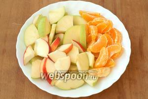 Яблоки нарезать кусочками, а мандарины разделить на дольки.