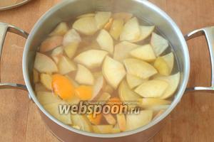 Закипятить воду, всыпать сахар и размешать до полного растворения. Добавить подготовленные фрукты и дать им закипеть. Положить в воду 3-4 кусочка мандариновой цедры срезав с неё белую прослойку. Компот выключить и дать настояться, затем охладить. Убрать в холодильник или добавлять лёд при подаче. Приятного аппетита!