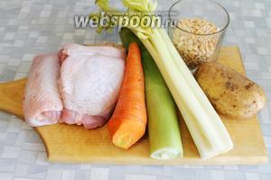 Для приготовления горохового супа нужно взять пару куриных бёдер (500 г), горох, картофель, морковь, лук-порей, сельдерей, грудинку копчёную, пряности.