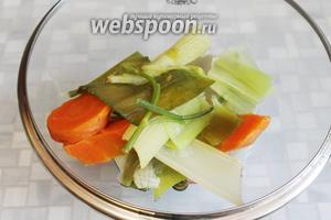 Когда горох станет почти готов, вынуть бульонные овощи, удалить их.