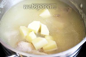 В суп добавить крупными кубиками нарезанный картофель.