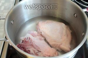 Куриные бёдра промыть, снять излишки жира, залить водой, довести до кипения, прокипятить минут 7.