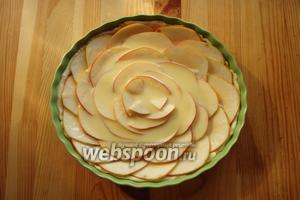 Нашу заливку выливаем на яблоки, равномерно распределяем по всей поверхности. Теперь разогреваем духовку до 180 °C и отправляем наш пирог туда на 30 минут.
