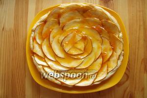 Затем готовый пирог достаём и сразу смазываем абрикосовым джемом. Пирог полностью остужаем и можно наслаждаться. Приятного аппетита!