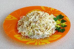 Салат подать порционно, посыпав дроблёными орехами и украсив зеленью.