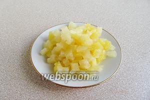 С ананасов слить сироп, а мякоть нарезать мелкими кусочками.