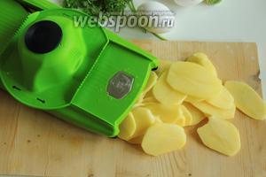 Нарежем картофель на ломтики шириной около 2 мм.