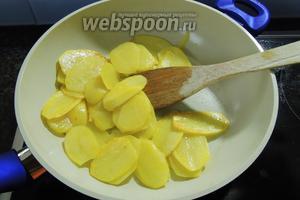 На горячем масле обжарим около 5 минут картофель.