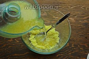 У меня получилось почти 300 мл сока, отсюда и 270 г сахара, так что добавляйте столько сахара, сколько получилось у вас сока (+/- 30г в зависимости насколько хотите сделать сладким курд). Влить сок к сахару с цедрой.