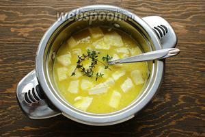 Перелить в толстостенную кастрюлю, добавить масло и тимьян.