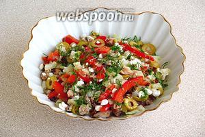 При подаче посыпать салат зеленью укропа.