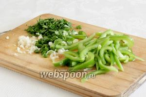 Лук и чеснок измельчить. Перец нарезать соломкой. Красный перец смотрится конечно же эффектнее, но на вкус салата не влияет.